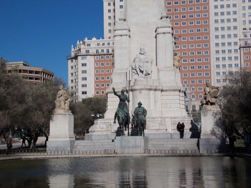 Пам'ятник М. Сервантесу та його героям на площі Іспанії в Мадриді